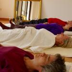 Achtsam den Atem spüren während einer Yogaübung am Tag der Achtsamkeit