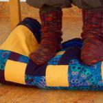Während der Meditation - warme Füße in Kontakt mit dem Boden