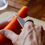 Achtsames Zubereiten einer Mahlzeit während des Achtsamkeitstages