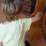 Der mächtige Gong in zarter Berührung während der Klangarbeit