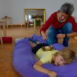 Kinder lieben Klänge und genießen die wohligen Schwingungen